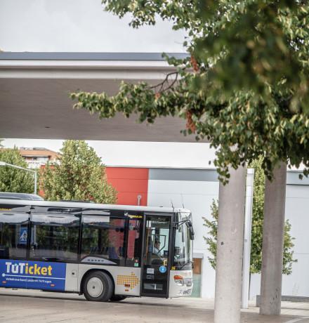 Bus wartet auf Fahrgäste